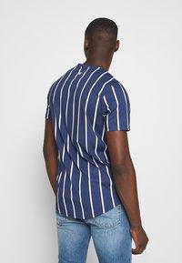 11 DEGREES - VERTICAL STRIPE TEE - T-shirt print - navy/white - 2