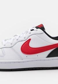 Nike Sportswear - COURT BOROUGH UNISEX - Sneakers laag - white/universe red/black - 5