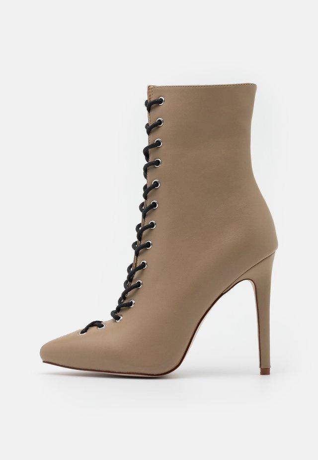 VELERY TOP UP - Kotníková obuv na vysokém podpatku - nude