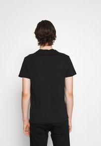 Versace Jeans Couture - T-shirt imprimé - nero/oro - 4
