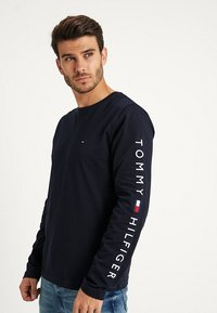 Tommy Hilfiger - LOGO LONG SLEEVE TEE - T-shirts - blue - 0
