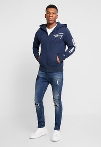 Tommy Jeans - SCRIPT ZIP THROUGH - Sudadera con cremallera - black iris - 1