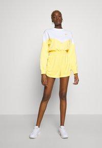 Nike Sportswear - RETRO FEMME - Shorts - topaz gold - 1