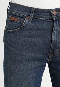 Wrangler - TEXAS - Jeansy Straight Leg - indigo wit - 3
