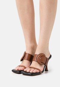 Proenza Schouler - BUCKLE SQUARE PADDED - Pantofle na podpatku - brown - 0