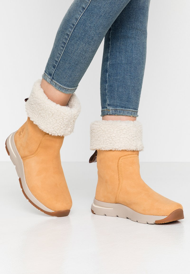 Timberland - MABEL TOWN WP PULL ON - Śniegowce - wheat