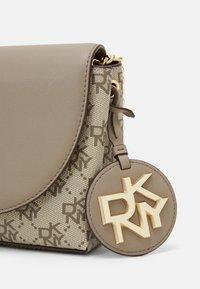 DKNY - DAYNA FLAP CBODY LOGO - Across body bag - khaki/soft clay - 4