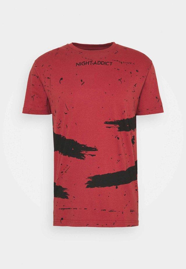 SLASH - T-shirt imprimé - henna