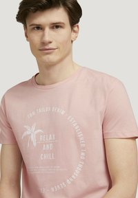 TOM TAILOR DENIM - Print T-shirt - soft peach skin - 3