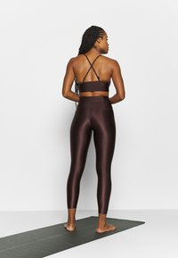 Filippa K - CROPPED GLOSS LEGGING - Leggings - maroon - 2