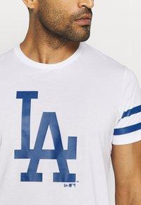 New Era - MLB LA DODGERS TEAM TEE - Print T-shirt - white - 4