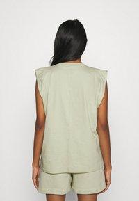 Nike Sportswear - TANK EARTH DAY - Camiseta estampada - olive aura/galactic jade - 2