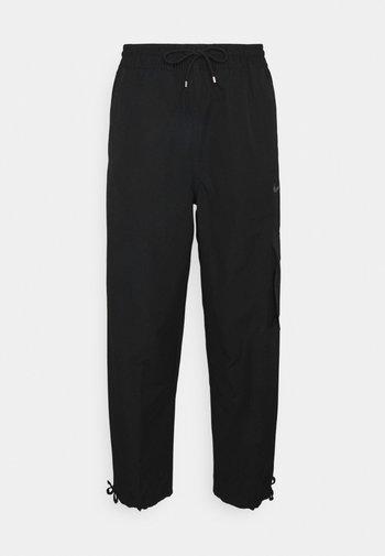 CLASH PANT - Pantalones cargo - black/smoke grey