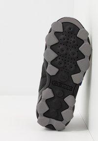 Geox - BULLER BOY  - Boty se suchým zipem - black/royal - 5