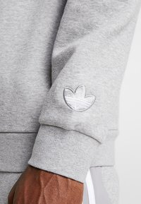 adidas Originals - OUTLINE PULLOVER - Sudadera - medium grey heather - 5