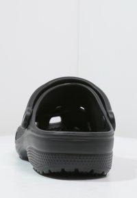 Crocs - CLASSIC UNISEX - Sandali da bagno - schwarz - 3