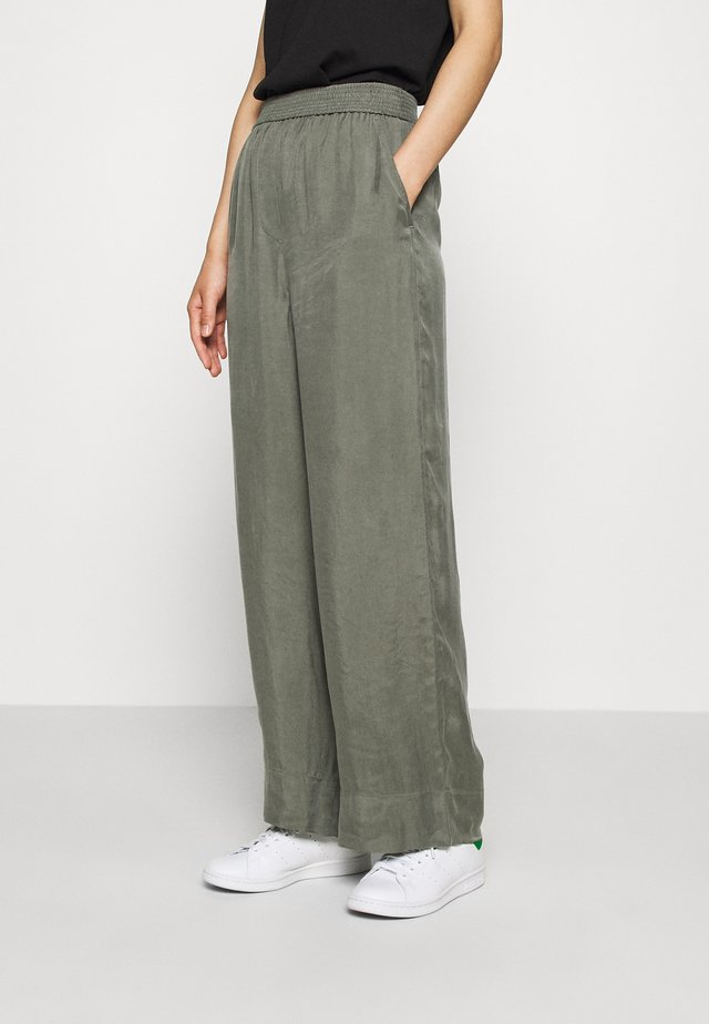 WIDE LEGGED TROUSER - Kangashousut - khaki green/dusty light