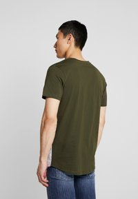 Jack & Jones - JCOCREDENCE TEE CREW NECK - Triko s potiskem - forest night - 2