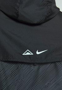 Nike Performance - TRAIL - Wiatrówka - black/laser crimson - 6