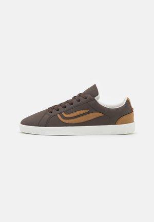 HELA UNISEX - Sneakersy niskie - dark brown/sand