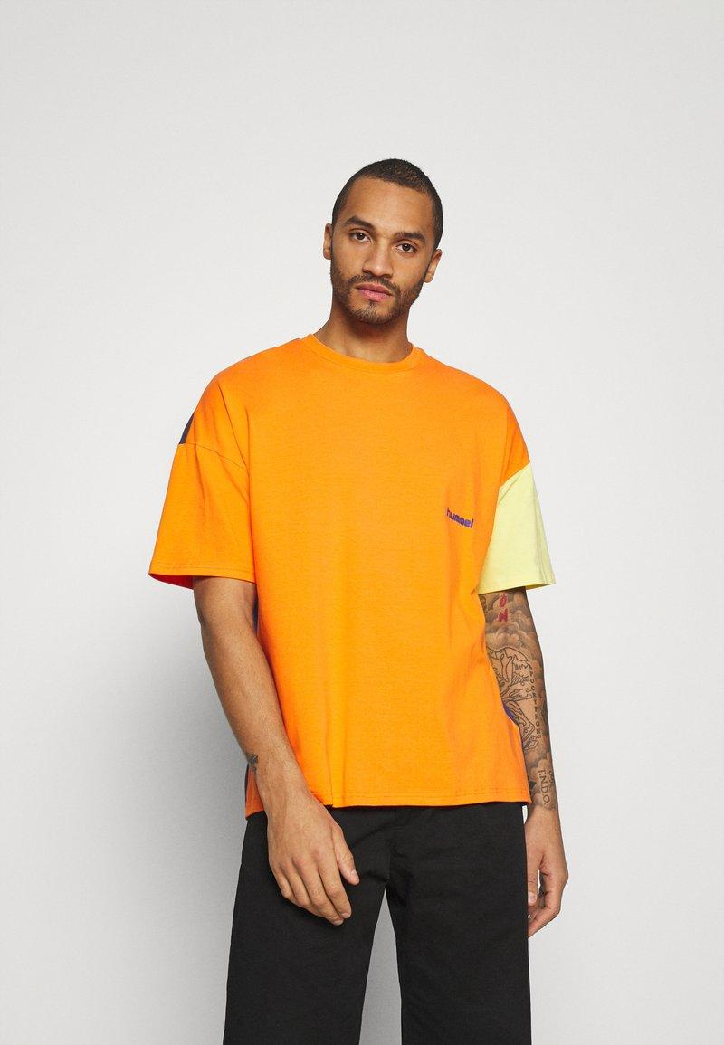 Hummel Hive - UNISEX - T-shirt imprimé - carrot