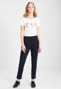 GAP - GIRLFRIEND SOLID - Chino kalhoty - true indigo - 1