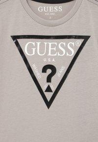 Guess - TODDLER CORE - Print T-shirt - stone white - 2