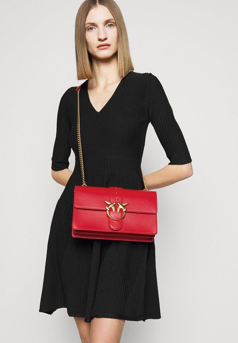 Pinko - LOVE CLASSIC ICON SIMPLY SETA ANTIQU - Across body bag - red