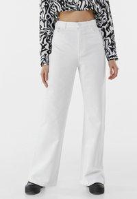 Bershka - Fließende - Flared Jeans - white - 0