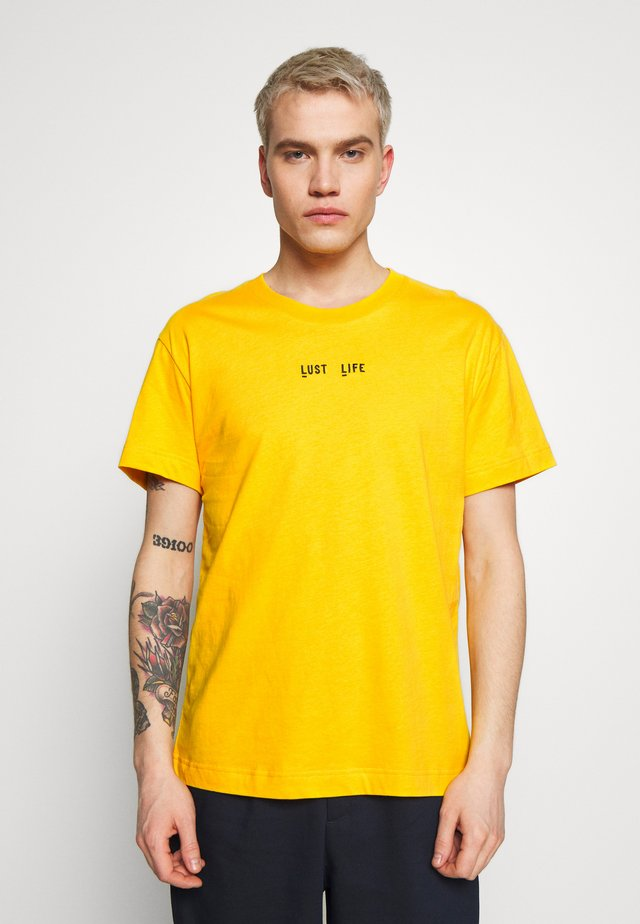 BEAT LUST LIFE - Print T-shirt - gold fusion