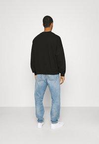 Calvin Klein Jeans - CREWNECK UNISEX - Collegepaita - black - 2