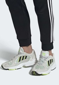 adidas Originals - YUNG-1 SHOES - Trainers - green - 2