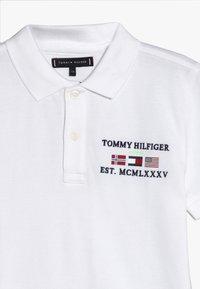 Tommy Hilfiger - FLAG EMBROIDERED BADGE - Polotričko - white - 3
