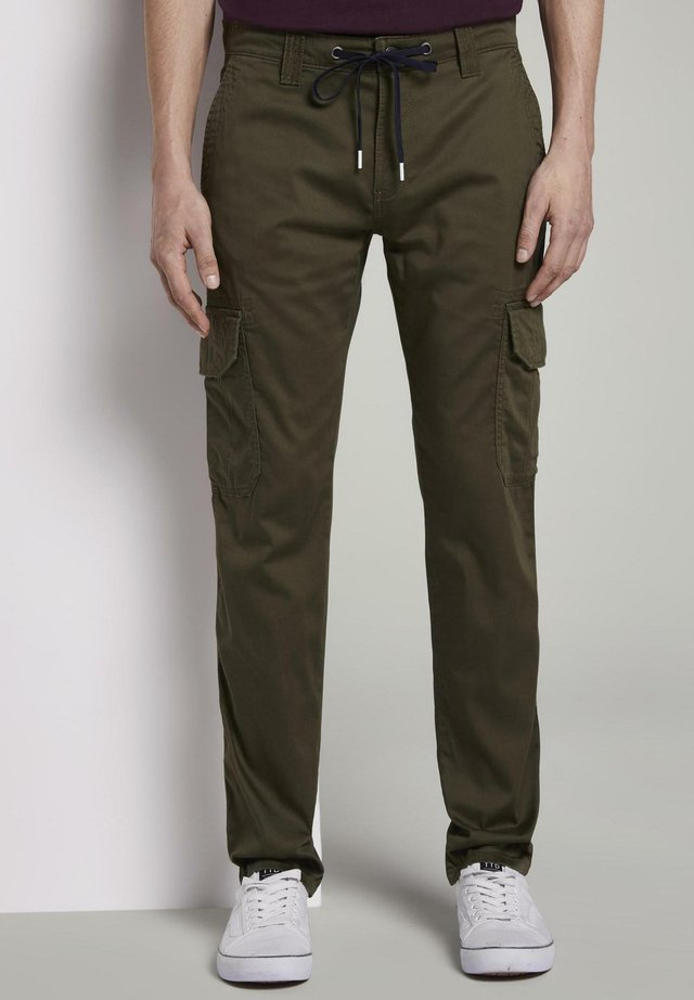 HOSEN & CHINO FUNKTIONALE TRAVIS SLIM CARGO-HOSE - Cargo trousers - olive night green
