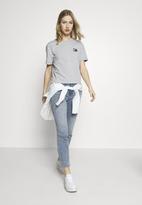 Tommy Jeans - BADGE TEE - T-shirt basic - lt grey - 1