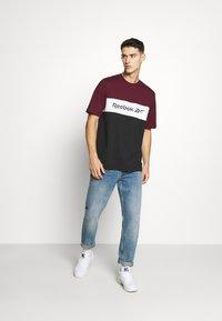 Reebok Classic - LINEAR TEE - Print T-shirt - maroon - 1
