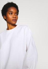 Weekday - HUGE CROPPED SWEATSHIRT - Sweatshirt - white light - 4