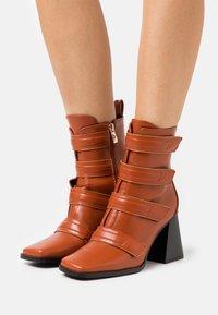 RAID - AILEEN - Kotníková obuv na vysokém podpatku - cognac - 0