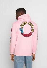 Santa Cruz - VOMIT HOOD UNISEX - Hoodie - pink - 0