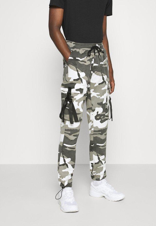CAMO STRAP PANTS - Pantalones cargo - black