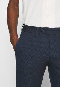 Selected Homme - SLHSLIM CARLO COTFLEX PANTS - Kalhoty - dark navy - 5