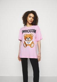 MOSCHINO - Print T-shirt - fantasy pink - 0