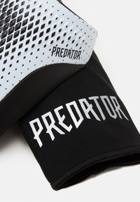 adidas Performance - PREDATOR SPORTS FOOTBALL SHIN GUARD UNISEX - Holenní chrániče - white/silvmt/black
