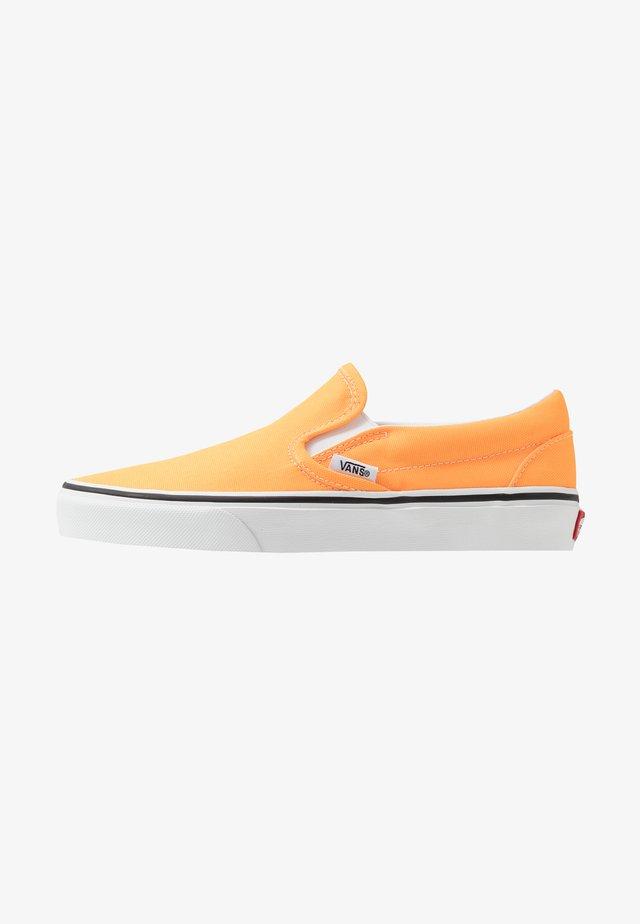 CLASSIC - Slip-ons - blazing orange/true white