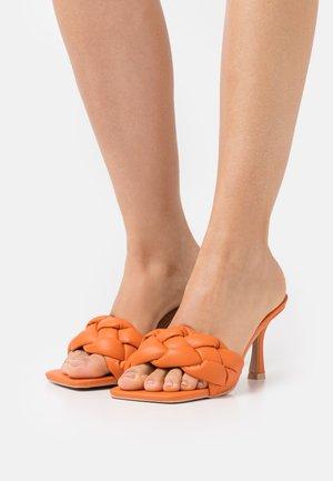 WIDE FIT SANDRA - Ciabattine - orange