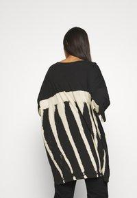Weekday - HUGE DRESS - Žerzejové šaty - black tie dye - 2