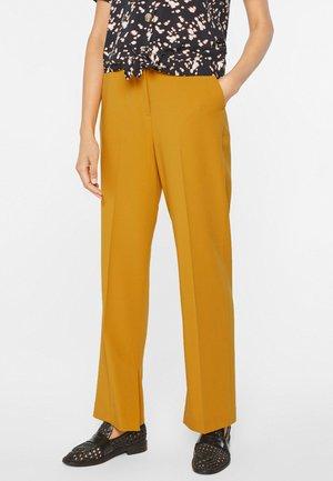 MIT WEITEM HOSENBEIN UND HOHER TAILLE - Trousers - mustard yellow