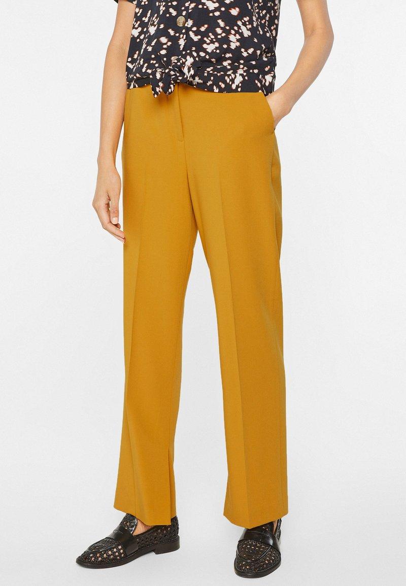 WE Fashion - MIT WEITEM HOSENBEIN UND HOHER TAILLE - Trousers - mustard yellow