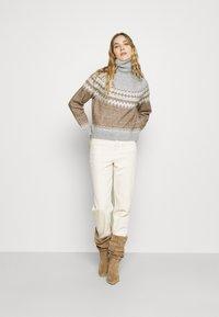 Fashion Union Tall - ELIAS FARISLE ROLL NECK BOXY JUMPER - Stickad tröja - brown - 1