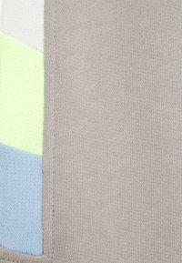 Lindex - TEENS TROUSER NARROW PANEL - Tracksuit bottoms - light dusty grey - 2